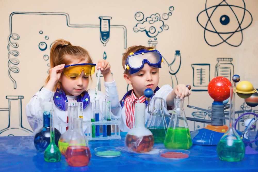 dzieci wykonujace doswiadczenia w labolatorium