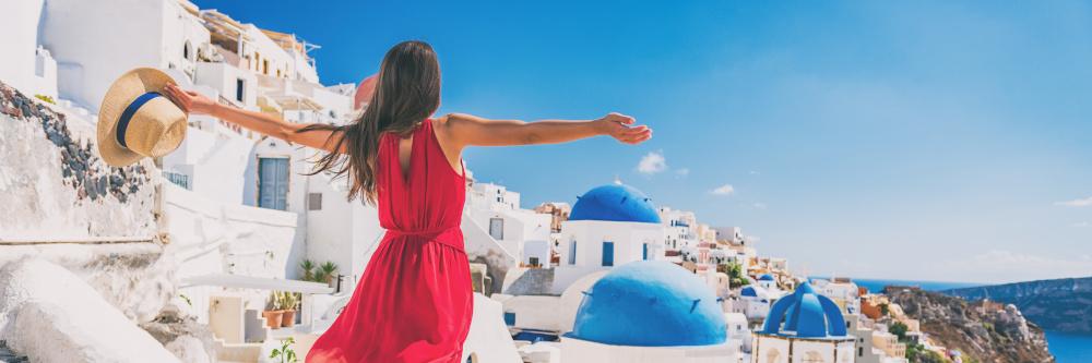 kobieta podczas podrozy we wloszech na wyspie santorini