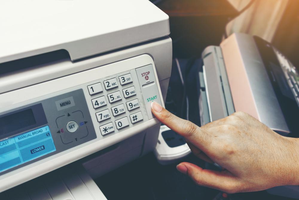 palec wciskający przyciski na kserokopiarce