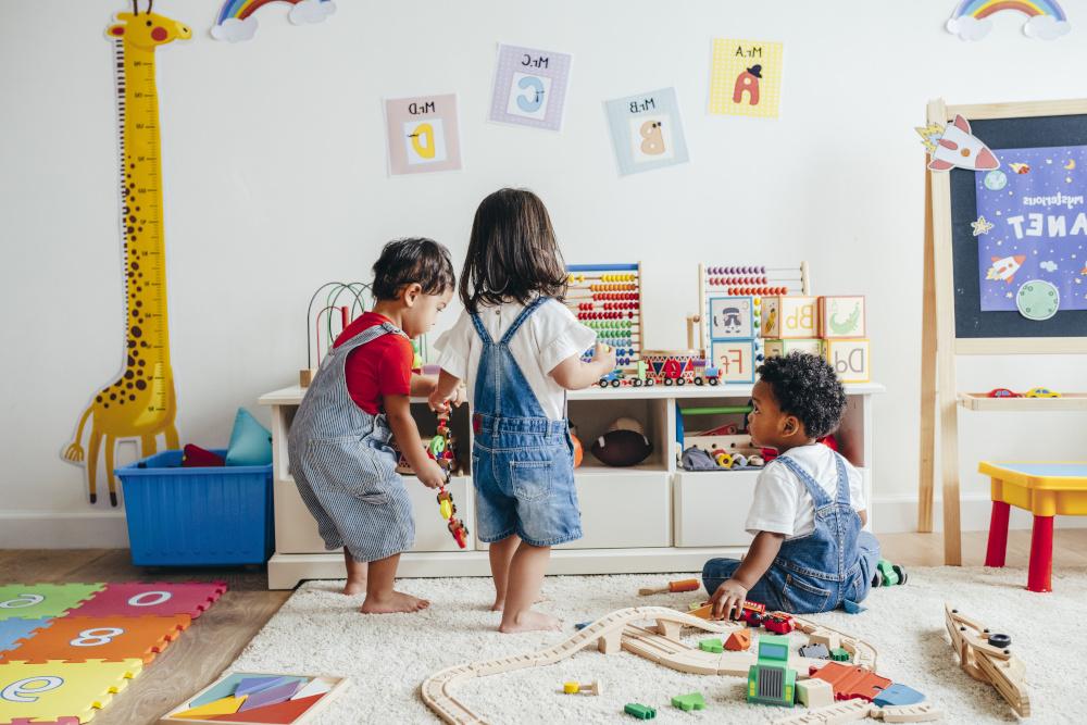 dzieci bawiące się w pokiku dziecięcym