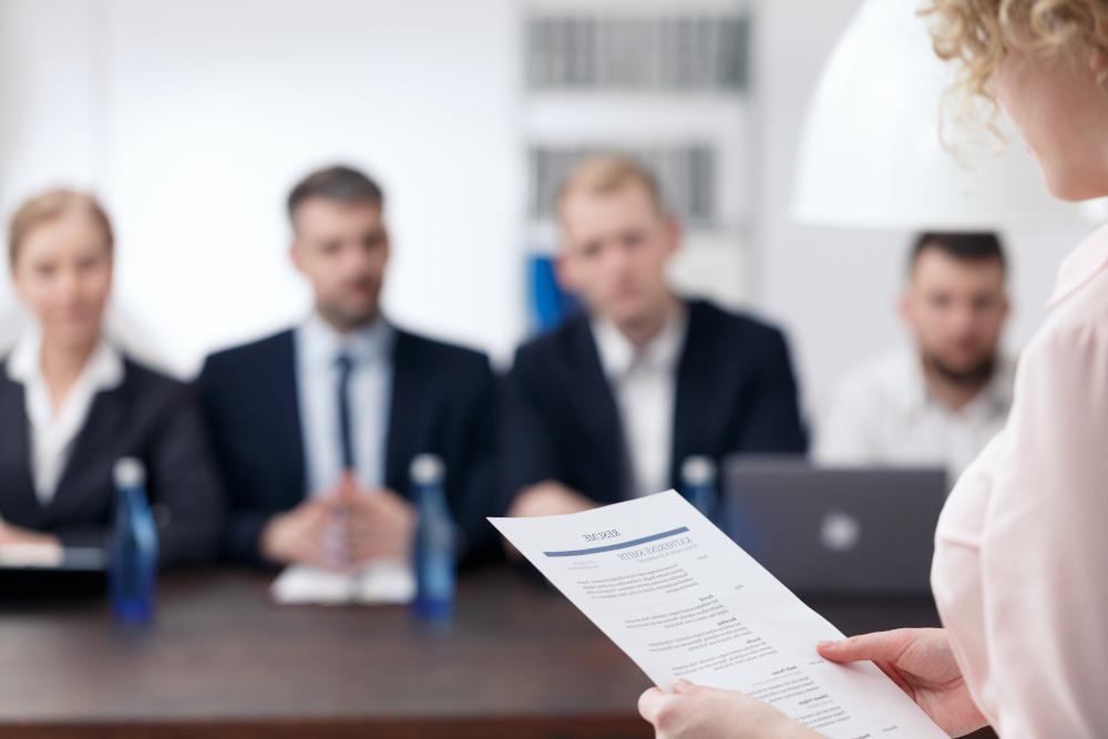 rozmowa kwalifikacyjna kobiety z zarządem firmy