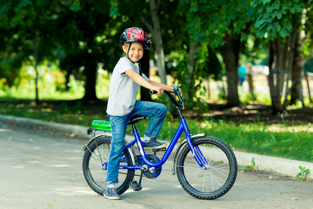 mały chłopiec jeżdżący na rowerze