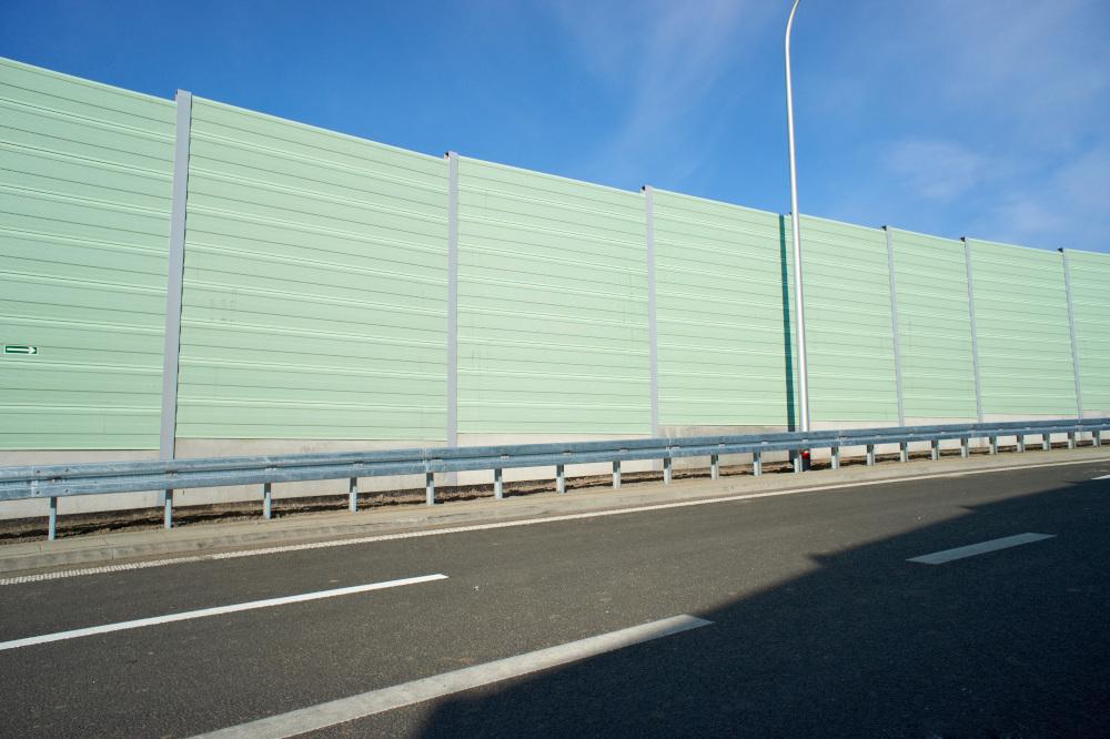 wysokie zielone bariery autostradowe