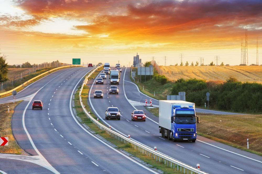 autostrada i poruszające sie po niej pojazdy