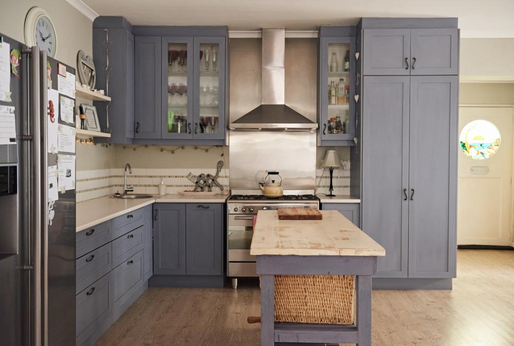 kuchnia z siwymi meblami
