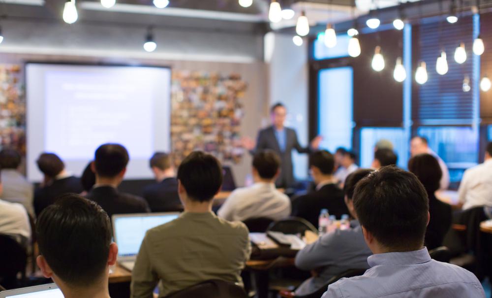 szkolenia ludzi w sali wykładowej