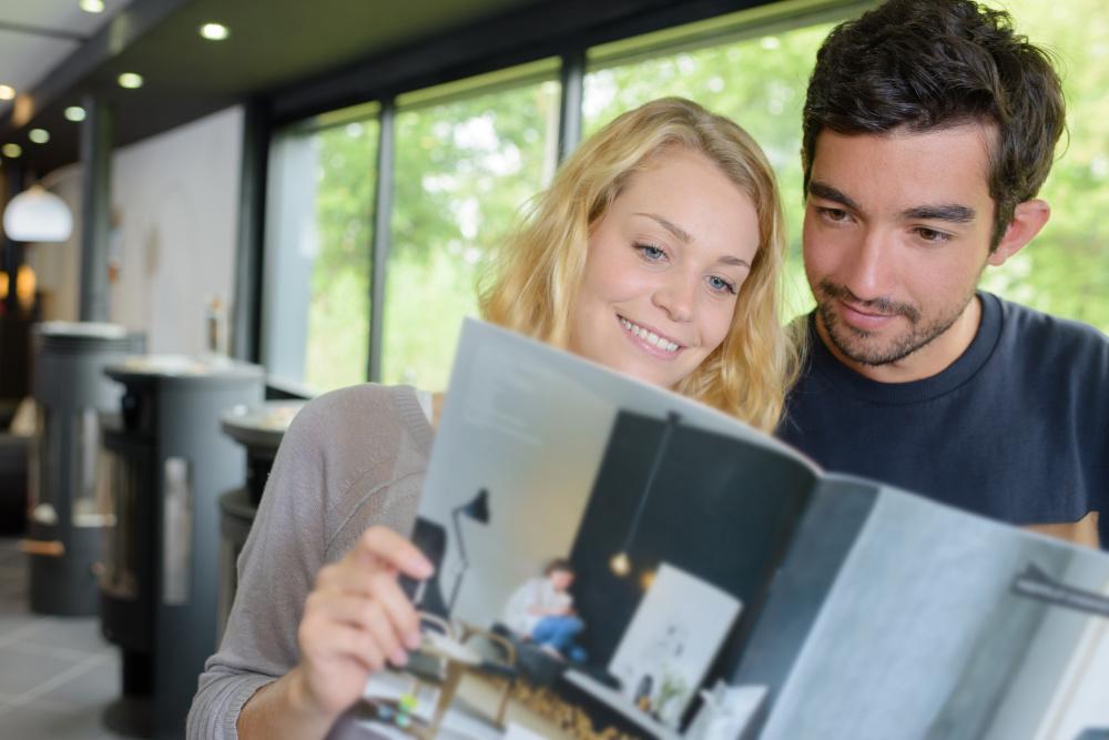 czytanie ulotki przez parę