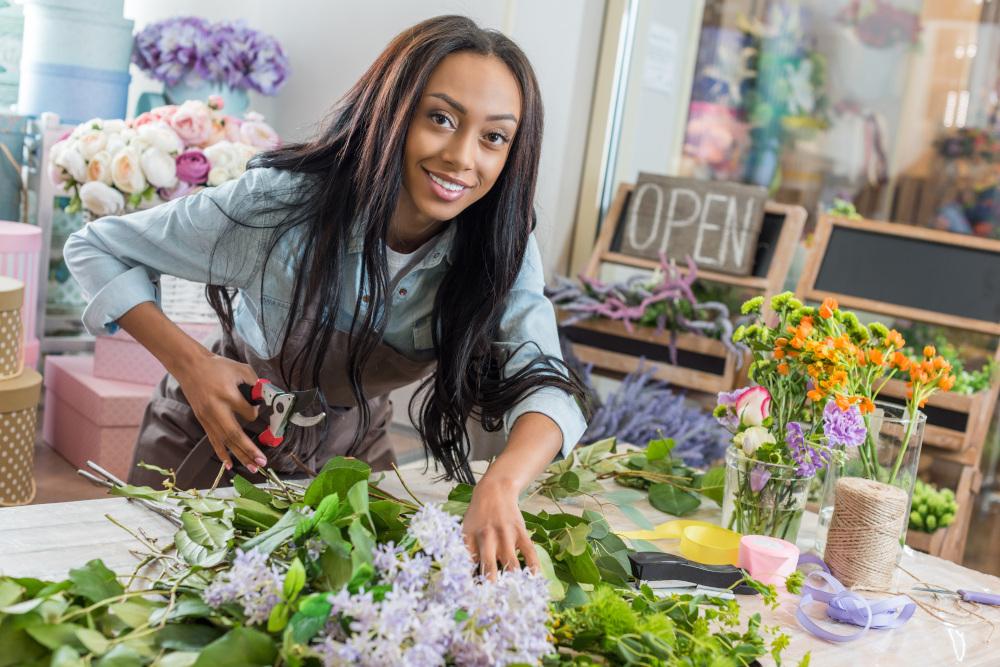 afrykańska kobieta pracująca w kwiaciarni