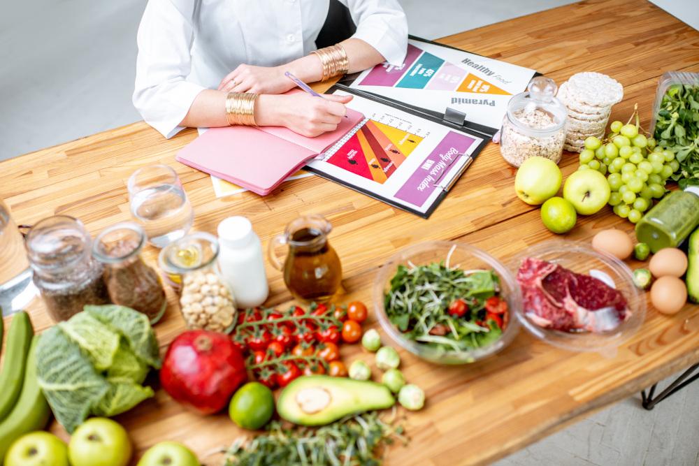 rozpisywanie diety owoce i warzywa na stole dietetyka