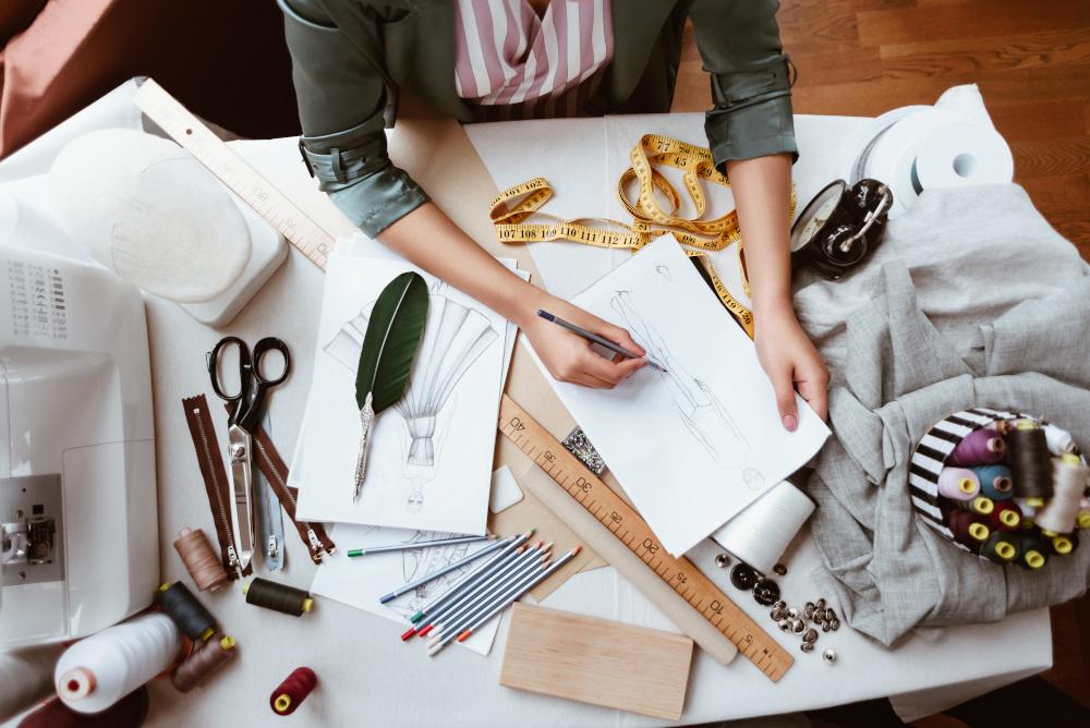 projektowanie ubrań w zakładzie krawieckim