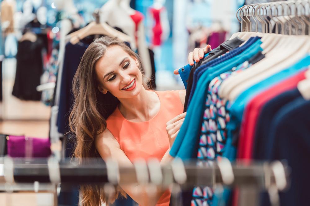 kobieta robiąca zakupy w sklepie odzieżowym